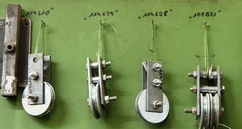 Verschiedene Metallprodukte hängen an der Wand