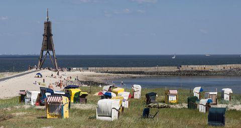 Strandpanorame von Cuxhaven mit Kugelbarke und Strandkörben