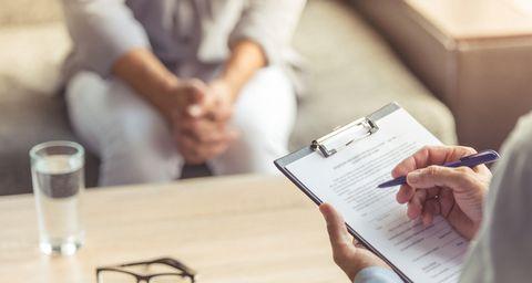 Nahaufnahme Checkliste bei einem Beratungsgespräch
