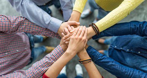 viele Hände halten zusammen