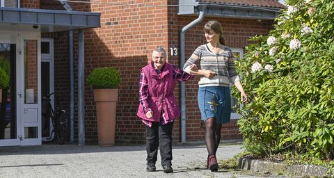 Zwei Frauen beim Spazieren gehen