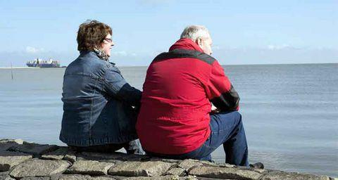 Ein Mann und eine Frau blicken gemeinsam auf das Meer