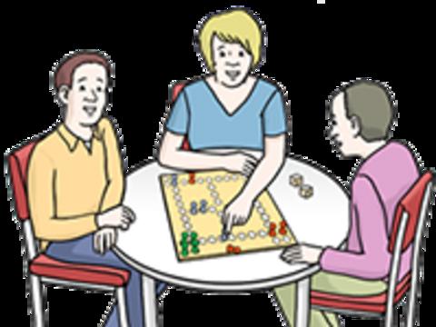 Drei Bewohner spielen zusammen ein Brettspiel