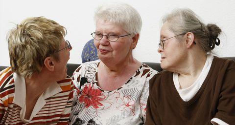 Drei Seniorinnen im Dialog